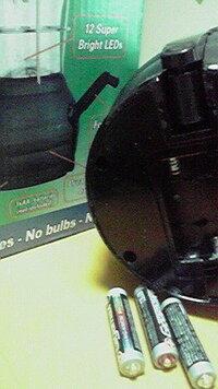 単4乾電池の発熱・液漏れについて。原因は? 中国製のランタンにダイソーの単4マンガン電池(タイ製)を3本入れたところ、あまり時間が経たないうちに3本のうち1本がジュワジュワと音をたて液漏れし始めました。3本とも手でもてないくらい発熱していました。 この場合、原因は電池でしょうか、ランタンでしょうか?  電池を入れたまま放置したときフタをしていなかったので、それが原因でしょうか?(中国製...