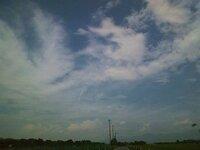 8月15日長野県松本市、松本平、西の端から東の山方向に【美ヶ原方向】に縦にくっきりした雲が・・・ 肉眼で見ると明らかに変な雲だと思い車を降りて携帯カメラで撮りました。 2011年8月15日 雲の中に明らかにおかしな雲が・・・・・肉眼では少し渦を巻いた真っ直ぐな雲が 縦に見えました。写真は携帯カメラなので ズームもできないし 画質も悪いのですが、なんか違和感を感じて 車を止めて撮りました...