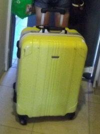 下の画像のようなスーツケースが 売っているお店を知っている方がいましたら是非教えていただきたいです!  また、画像のスーツケースでなくて も ●かわいい ●シンプル ●パステルの黄色 などのスーツケースが売っているお店を知っている方も是非教えていただきたいです!    回答お願いいたします