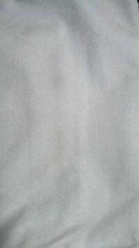 カバンのクリーニングについてです!  この前、頑張ってDIESELのカバンを買ったのですが、色が白いので汚れが目立ってしまって困っています  汚れ の種類はカバンの後ろなので カバンを着けているときに服と擦れ...
