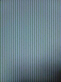 白い紙をスマホで撮影するとこのような縦の縞模様が現れます。 カメラを向けているとき、画面にはだだの白い紙が写りますが保存したものをみると縞模様が現れています。 どうしてこのようになるのでしょうか?
