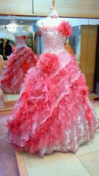 お姫様のようなドレスを探しています 写真のような、とにかくごてごてして、フリルがいっぱいのお姫様のようなドレスを探しています。 ですが、このような長さではなく、膝上か膝丈くらいのものを探しています。  このようなドレスで、丈の短いものの売っているネットのお店をご存じの方がいらっしゃいましたら、お教えくださいませんか? お願いいたします。
