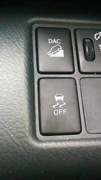 トヨタ ヴァンガードのこのスイッチってなんですか? 入れっぱなしで走行しても構わないのでしょうか?