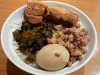 自分で作った弁当うますぎです(^o^)/ お弁当に入れて美味しい肉のレシピがありましたら教えてください! 肉が大好きなのと、午後からのスタミナを考えて肉は必ず入れます。  美味しかったのは、 ・台湾風魯肉飯 ・台湾士林夜市の豪大鶏排を再現した鶏のからあげ ・四川風麻婆豆腐(肉多め) ・タイ風ガッパオ ・特製タレを使用した焼肉(キムチ付き) です。  上記をローテしていた...
