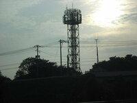 高速道路を走行中、よく写真のような 鉄塔を見かけるのですが、高速道路に 関連した構造物なのでしょうか? 通信等に関わる電波塔か何かですか? ご存知の方、よろしくお願い致します。
