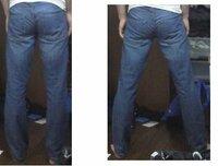 ピチピチのジーンズ(男) 先日、友人から頂いたジーンズ(Gパン)がパツパツで困ってます。  良い色合いのジーンズなので履かないのは勿体無いと思ったので質問させていただきます。  男がパツパツのジーンズはいてたら、ダサいですか?    足を広げるとヒップラインが見えます
