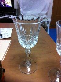バカラグラスの価格について バカラのグラスセットを頂いた中の一つで、購入したのは20年は前のものだと思います。 画像のグラスの上にもう一回り大きいグラスもありましたが、画像のグラスの直径85mm・高さ195mmです。  セット内容は、ワイングラス大・小、シャンパングラス・普通のグラス大・小の5点?です。  先日、バカラのお店で見ると、カットなしでもいい値段をしてましたので、画像のグ...