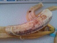 このバナナ、色が変なのですが大丈夫でしょうか?  昨日買って常温で置いておき、いま開けたらこんな感じでした。  赤い部分?があってこんなものは初めて見たので少し驚いてます。 これは、食べられますでしょうか?