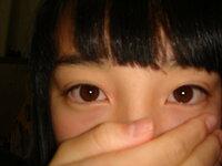 つり目はかわいいですか? 私は中一女子です。 トリンドル玲奈さんのように甘いかわいい顔にあこがれています。 でも私は目がつっています。 学校ではもちろんメイク禁止なので せめてビューラーで 目頭から...
