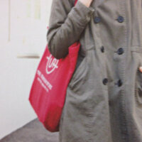 ユナイテッドアローズ トートバッグ 画像   雑誌に載っていた、ユナイテッドアローズのトートバッグが欲しいのですが、どこか通販で買えるサイトはないですか? 画像の赤いバッグです。 雑誌には3000円と 書いてありました。