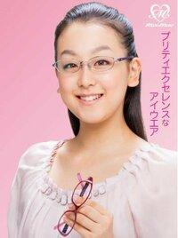浅田真央チャン  メガネ似合いますよね?   また雰囲気違ってイイと思います。  とゆうか、真央チャンが   メガネをプロデュースしてたの   皆さん、知ってました?
