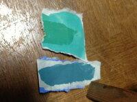 ネズミのような色の灰色に合うのはどっちの色ですか? 上の色の真ん中に、葉っぱ色の緑色が塗られていますがそれは関係ありません