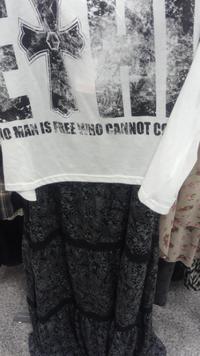 大至急お願いします。 福岡なんですが、明日のファッションでマキシ丈ワンピースにしようと探してたら黒のマキシ丈発見したのですが、今年の流行りとして黒はなしでしょうか