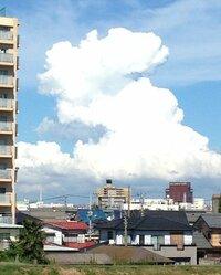 今日の14時頃撮った雲です  入道雲の真ん中あたりに 飛行機雲の様に細く、 虹の様にアーチ状になった雲があります こういった形状の雲は初めて見たので、 このような雲が出来るメカニズムを教えて下さ
