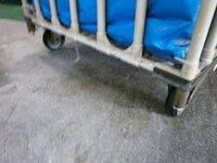 カゴ台車が動かないようにするストッパーがわりになるもの よく見かける幅が1mぐらいのカゴ台車です。 ストッパーがついてないため前から荷物を積んでいると後ろに動いてしまいます。  床に何かを置いて動きを...
