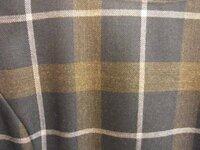 茶系のチェックのワンピに合わせる羽織ものは何がいいですか?  画像のワンピです。  袖は肘まででボートネック、スカート丈は膝くらいです。  こげ茶のタートルネックを中に来て 赤いカーデを羽織ろうと思...