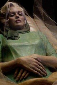 マリリンモンローの遺体って今どうなっているのでしょうか? とあるマリリンモンローの本に、  「遺体は防腐処理をしたので、死後50年は美しい状態を保つ」  と書いていたのですが、もう亡くなって51年目です...