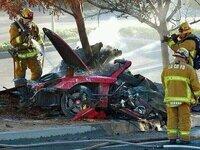 ポールウォーカーが事故死とは本当に驚きました。しかも、助手席でだなんて、、写真からも事故の激しさが見受けられますが、街中で一体何kmだしたらこんな事になるのでしょうか?恐らくかなりスピードは出てたんで はないでしょうか? http://youtu.be/5R976MdhNhg事故直後の映像ですが、かなり広い道路のようです。 友人はサーキット感覚でかっ飛ばしていたのでしょうか?しかし、フィリピ...