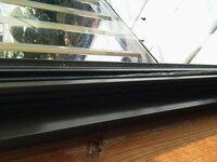 窓枠のゴムが中に入ってしまいました。どうやったら元に戻せるでしょうか?