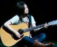YUIちゃん ギター なんでYUIちゃんって指そんなに長くないのに簡単にパワーコードとか鳴らせるんですか?  練習したっていうのもあると思うんですけど、短くても余裕でやっててすごいですよね