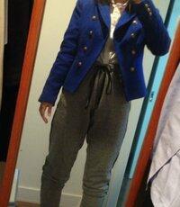 ジャケットとスウェットパンツについて。   以前派手めのロイヤルブルーのジャケットの着こなしについて質問しました。 スウェットパンツを合わせてみては?という回答をいただいたので、着てみたのですが、自分 では良いのかどうか分かりません。  この着こなしはどうでしょうか? 何かアドバイスあればよろしくお願いします。