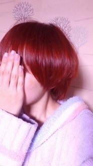 ヘアカラー に詳しい方教えてください すごく困っています(>_<)カラーバター 赤茶系  カラーをちょっとピンクよりの赤茶系(ブリーチなしで明るめ)にそめたいのですが、どんなブラウンに赤を混ぜれば良  いのでしょうか?写真参考  事情があり今回は自分で染めたいのですが、ヘアカラーだと毛先に色が入りにくい髪質になってしまったのでカラーバターで染めようと今は考えています。カラーバター...