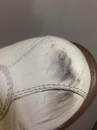 革靴のつま先が黒くなってしまいました。 どこかで擦ったのか、とにかく拭いてもとれません。大切な靴なのでどうにかしてこの黒い傷のようなものを落としたいのですが、何かいい方法はないでしょうか。  ご回答よ...