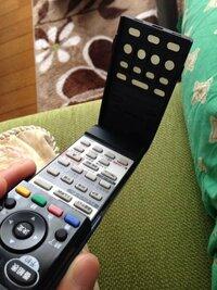テレビのリモコンの蓋の中のボタンって、開けた時に押せるボタンと閉めた時に押せるボタンが違いますよね? これはどうやって機械が判断してるのでしょうか?