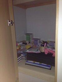 収納スペースの活用方法について質問です。 私の部屋に、縦75cm横75cm高さ80cmの収納スペースがあります。 できれば、このスペースに本やCDを収納したいです。しかし、写真を見てもらえる(汚くてすみません)と...