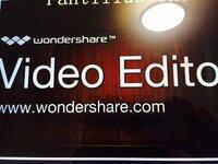私はWondershareという動画編集ソフト(フリー)を使用しています。 編集が終わり、ファイルに保存して 作品が出来上がっているか確認しようと動画を見たら写真のような文字が勝手に乱入していました…。泣 これは無...