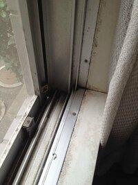 先日、賃貸などで壁に穴が開けられないので窓用エアコンを購入しました。 ですが立ち上がりがないためどう設置すればいいかわかりません。 何か方法はありますでしょうか?