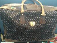 ブランドのバッグに詳しい人お願いします。 GUCCIのかなり古いバッグ(ボストン?旅行カバン?かなり大きいです)と思わしき物をいただきました こういうモデルが本当にあるのか、いつ頃発売さ れていた物なのか、等、誰か教えてください。