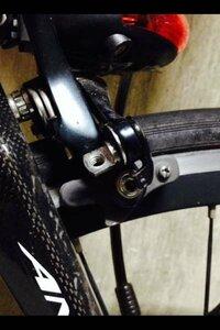 ロードバイクのアンカーのブレーキアーチ部分ですが、ブレーキケーブルをとめるネジが紛失しました。さのネジの名称はなんといいますか?