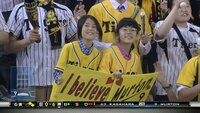 阪神の試合中継で、写真の女の子二人をよく見かけるのですが、彼女たちは何者なんですか?