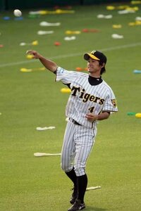 甲子園で阪神タイガースの選手が登場する際に大和選手なら宇宙戦艦ヤマトの歌が流れますが上本選手は流れてませんよね?何故かわかる人いますか?