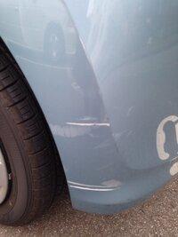 他人の車に傷つけてしまいました。ディーラー店で修理してくるそうです。修理代はだいたいおいくらでしょうか。保険がなく、心配でたまらないです。