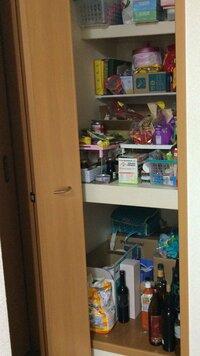 奥行きのあるパントリーの収納法についてアドバイスお願いします。  キッチン横の収納なんですが、奥行きが90センチもあってとても使いにくいです。 作り付けの棚は一段のみで、今は突っ張り 棒式の棚を一つつ...