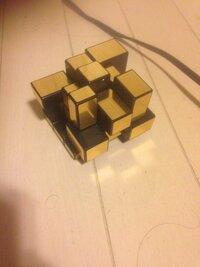 このパズルの名前と、解き方を教えてもらいたいです。 様々な形の四角形をルービックキューブのように動かして正立方体にするパズルです。