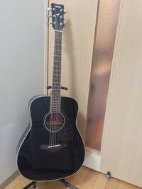 アコースティックギターのサイズについて質問です。   趣味でアコースティックギターを始めたいと思い、先日インターネットでYAMAHAのFG720Sを購入しました。   購入前に調べた時に、FG72 0Sはサイズが大きめ、FS720Sは小さめということを知りました。 私は女ですが身長が167cmあり、手も大きいのでFG720Sを購入しました。   実際に届いて弾いてみるとギ...