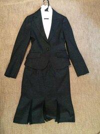 お宮参りに着て行くスーツについてアドバイスをお願いします。 私は36歳、大阪に住んでいます。 お宮参りは2月1日に予定しています。  スーツなんですがウール100%のフェルトのような生地で色はチャコールグレ...
