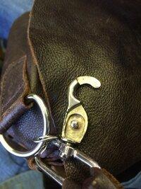 バック 金具 外し方  鞄金具が壊れてしまったため、外したいのですが、外し方がわかりません。この金具はどうやってはずすのでしょうか?