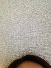 こんな具合に、前髪の分け目から短いアホ毛がでます。 どーしたらいいでしょうか?  セットするときとか、あとこれ以上アホ毛増やさないためにとか、、、