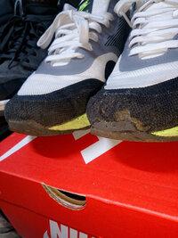 スニーカーの修理について。 ナイキのエアマックスルナなのですが、履いているうちに爪先部分のメッシュがボロボロになってしまいました。 靴修理店に持って行ったところ、メッシュ部分は治せ ないと言われまし...