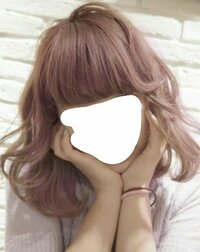 ヘアマニキュアでアッシュピンクにカラーリングしたいと思ってます。  ヘアマニキュアでは着色が弱い、色落ちが激しいというのはよく聞きますが、あまりがっつり色をいれたいわけではなく、色 が落ちて欲しいので、ヘアマニキュアにしようと思っています。 また、元々色素が薄めではありますが、地毛のまま染めようと思っています。美容師さんには「綺麗なアッシュだね」と言われるブラウンです。  画像のよ...