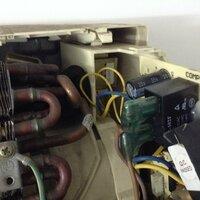 エアコン室内機、配管温度センサー? の位置をご存知ですか。教えてください。  リモコン受光部ユニット交換のため、室内機を分解し基盤を取り出しました。その時、内部配管辺りに押し込んであった紐状のセンサ...