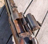 スナイドル銃の閉鎖機構について質問です。 スナイドル銃の閉鎖機構には蝶番式銃尾装置がネジで固定されており、弾薬の装填と廃莢は蝶番で銃身とつながれたブリーチ部を開けて行うそうですが、この閉鎖機構は一種...