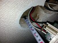 玄関にL型手すりを取り付けようと思っています。壁の内部の状態を探ろうとスイッチを外すと写真の様な石膏ボード、断熱材?、コンパネの構造でした。 針タイプの下地チェッカーでは希望の位置 には間柱等はあり...