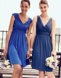 結婚式のドレスについて質問です。 友人の結婚式に参加します。  今までも何度か出席しましたが、今年30歳になるので年齢に見合ったカラードレスの購入を考えています。 以下の画像の左の女性が着ているロイヤルブルーのドレスが気になっているのですが、  ・年齢&披露宴のゲストとして派手すぎる色ではないか? ・肌を露出しすぎではないか?(出来ればボレロ、ショールは羽織りたくありませ...