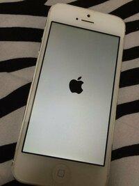 つかなくってしまったiPhoneを充電器にさしっぱにしていたらつきました。 けど、この画面とロック画面に何回もきれかわるだけです。  ソフトバンク、アップルに行けばわかりますかね?