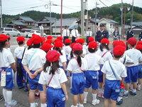 この画像の中に、体操服を着た小学生がいます。  全部で何人いますか?  男の子は何人?  女の子は何人?  教えてください。  分かる方は、お願いします。